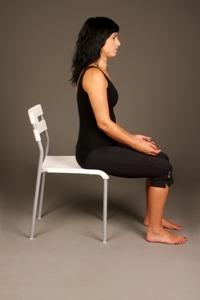 ישיבה נכונה למניעת כאבי גב שומרת על הקשת המותנית שמהווה תמיכה גם לצוואר