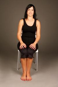 ישיבה נכונה על אמצע עצמות הישיבה עם שמירה על קשת מותנית נכונה מונעת כאבי גב וצוואר
